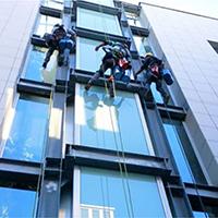 Come pulire grandi vetrate senza aloni